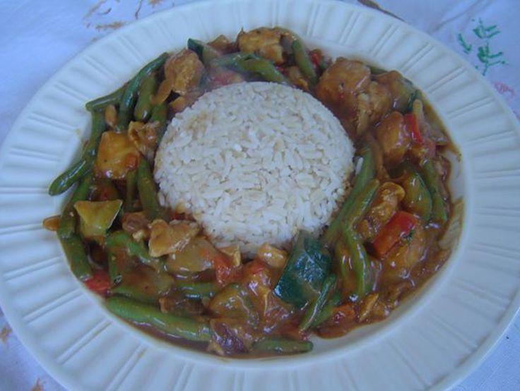 Recept voor rijst met kip en groenten in satesaus. Snijd de kipfilet in blokjes en smeer ze in met kipkruiden. Bak ze in een wok goudbruin. Maak ondertussen de rijst zoals je gewend bent en zet water met de sperziebonen op.