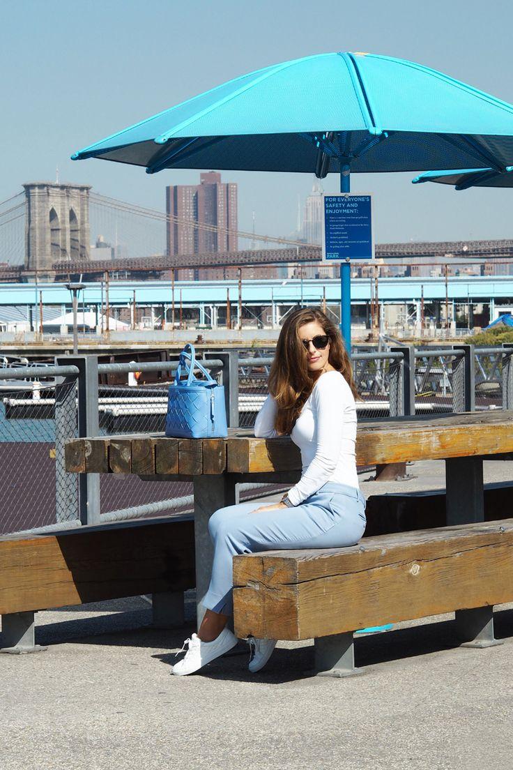 Kaum zu glauben, wie schnell 10 Tage in New York verfliegen können. Ich kenne wirklich keine andere Stadt, die diese magische Atmosphäre hatund am liebsten würde ich gleich wieder ein Flugticket buchen. Die atemberaubende Skyline, die hippenCafés, die gelben Taxis, die gut gekleideten Menschen und Inspiration an jeder Ecke– kein Wunder, dass New York jedes Jahr Millionen von Menschen anzieht, mich eingeschlossen.Einer meiner Lieblingsorte in New York ist die Brooklyn …