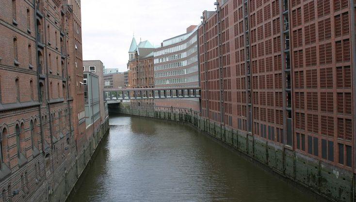 Hambourg, métropole et lander (région) à elle toute seule, deuxième plus grande ville d'Allemagne après Berlin, abrite une population plurielle, conférant ainsi à la ville une atmosphère différente d'une rue à l'autre, d'un pont à l'autre. Sans oublier une histoire architecturale à nulle autre...