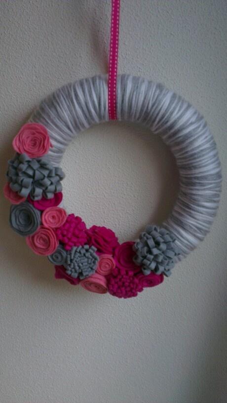 Grijs/witte krans met bloemen van vilt <3
