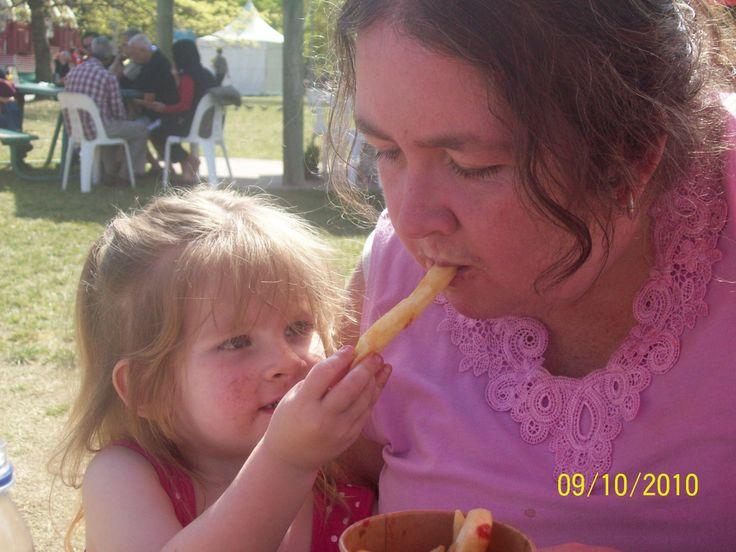 chellsea feeding mummy at floriade :)