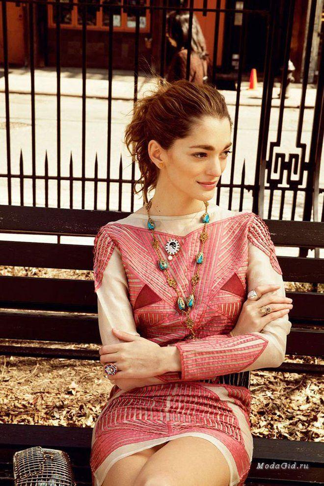 Софии Санчес Барренечеа (Sofía Sanchez Barrenechea) – основательница модного интернет-бутика UnderOurSky и яркая представительница уличной моды Нью-Йорка. София чаще всего выбирает романтический стиль, отдавая предпочтение платьям с цветочными принтами и макси-юбкам. Но так же в гардеробе it-girl есть место джинсам с высокой талией и кожаным косухам.
