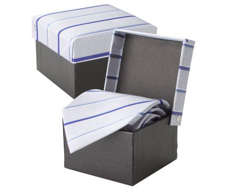 Luxusná hodvábna kravata André Philippe v šedo-modrej farbe. Kravata je v darčekovej krabičke v rovnakom štýle ako kravata. Dodajte svojmu outfitu nový vzhľad a originalitu a doplňte Vašu kolekciu týmto luxusným doplnkom. Rozjasnite svoj nudný oblek kravatou z hodvábu značky André Philippe a buďte štýlový. http://www.hodvab.eu