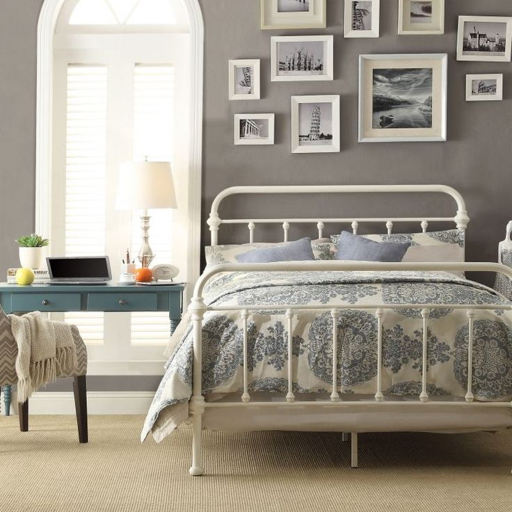 weiße-schlafzimmermoebel-stil-gestaltung-traditionell-metallbett-bilder-rahmen-fotos-grau-wand