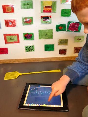 """Materialer: 1 iPad 2 fluesmækkere De 120 ord Makker 1: ordet er grønt, der står """"mit"""" Makker 2: finder ordet og smækker med fluesmækkeren og..."""