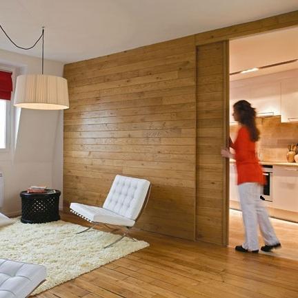 Porta de correr em madeira. Integração cozinha e estar. Painel com porta invisível.