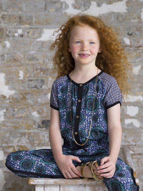 vetements-enfants-imprimes-inspiration-ethnique-combianison-pantalon-boutonnee-bleue-collier-dore-sandales-dorees-birkenstock