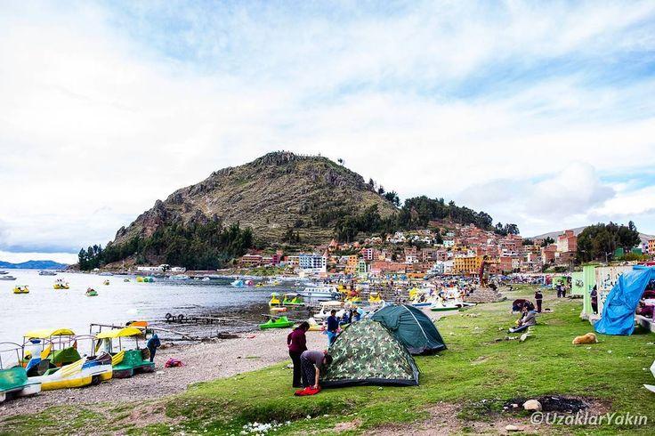Peru'dan Bolivya yazılarına geçme vakti... Peru-Bolivya geçişimiz sırasında ufak bir aksilik de yaşadık maalesef. Peru'ya girerken dikkat etmediğimiz gün limiti çıkarken bizi biraz uğraştırmıştı. Herşeyi halledip Copacabana'ya ulaşmamız ve Bolivya'nın Titicaca Gölü kıyısındaki şehri Titicaca blogda. Bağlantısı da profilde  #uzaklaryakin #peru #bolivia #copacabana #sınırgeçişi