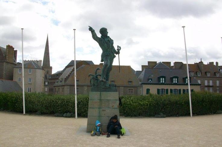 Yürüme mesafesinde bulunan adalar ise keşfedilmeyi bekliyor. Plage de l'Eventail, Vauban tarafından tasarlanmış 17. yüzyıldan kalma kaleyi barındırmakta... Daha fazla bilgi ve fotoğraf için; http://www.geziyorum.net/saint-malo/