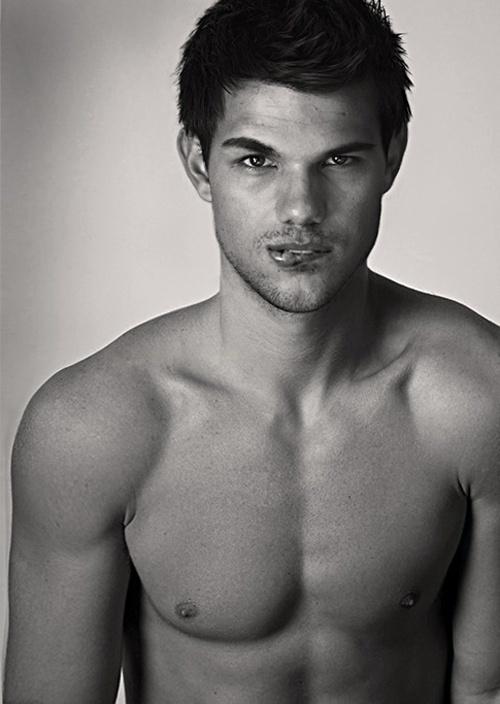 DAMN!! Taylor Lautner SHIRTLESS [EXPLICIT PHOTOS