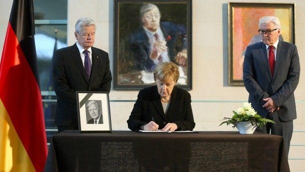 Bundespräsident Joachim Gauck, Bundeskanzlerin Angela Merkel und Außenminister Frank-Walter Steinmeier gedenken dem verstorbenen früheren Bundeskanzler. http://www.faz.net/aktuell/politik/inland/kondolenzbuecher-zu-ehren-von-altkanzler-helmut-schmidt-13906451.html