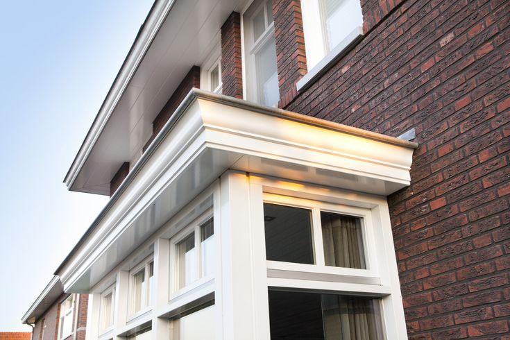 jaren dertig twee-onder-één-kap woning   een royale twee-onder-één-kap woning met grote overstekken, fraai uitgewerkte entrees en klassieke erkers in een typische jaren 30 bouwstijl