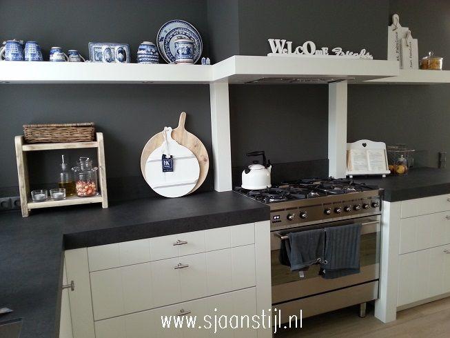 antraciet muur achter keukenblok