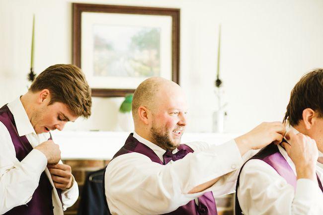 El novio y sus groomsmen preparándose para la ceremonia religiosa Guapos, ¿no? Crédito de Fotografía Christian Turner en exclusiva para Bodas y Weddings