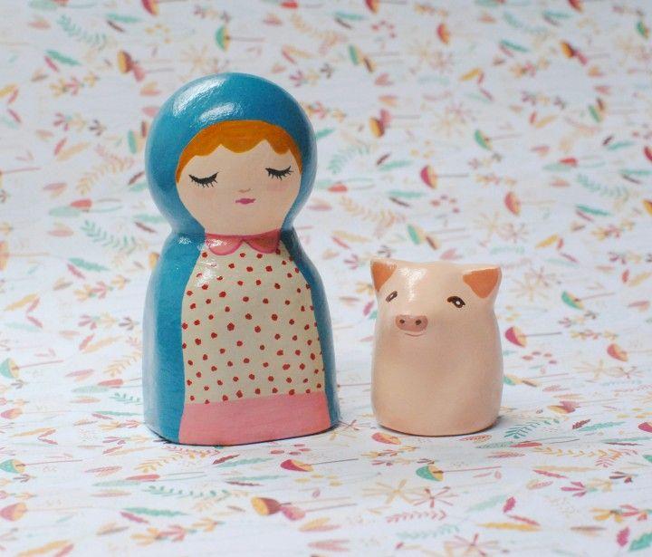 Muñeca decorativa hecha en pasta de papel. Media: aprox 11 x 5 cm