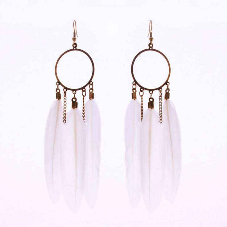These chic bronze chandelier style earrings with stiff white feathers are a gorgeous addition to any look!  Colour: Bronze/White. Material: Metal alloy.  Length: 11 cm. Price: €7.00.