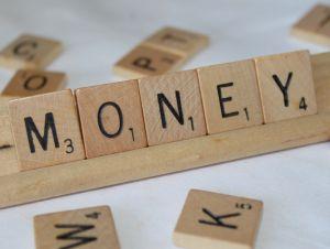 Inilah Kelebihan & Kelemahan E-money Yang Belum Pernah Anda Ketahui  Mau Pakai e-Money? Kenali Kekurangan dan Kelebihannya Dulu. Lebih baik uang konvensional atau e-money ya? Dewasa ini, kemajuan teknologi akan semakin berkembang pesat dari tahun ketahun. Sudah tidak dapat disangkal lagi memang. Hal itu bisa kita lihat salah satunya yaitu mengenai inovasi teknologi uang di Indonesia. Manusia berlomba-lomba untuk menciptakan teknologi kekinian yang bertujuan untuk memudahkan hidup.
