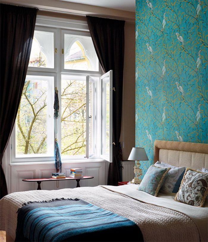 Бирюзовые обои с флористическим узором в спальне