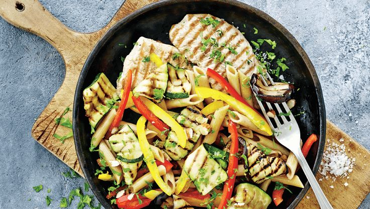 slankeopskrift: Pastasalat med kalkun og grillede grøntsager