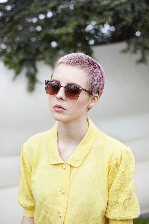 Les cheveux pastels, rasés de près