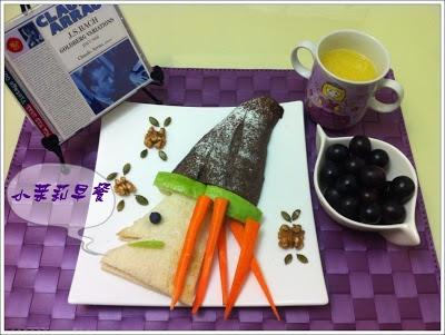 有聖誕老人fu的花生醬吐司與巧克力麵包巫師、葡萄、鮮打柳丁汁,佐阿勞彈巴哈的郭德堡變奏曲!