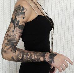 #tattoofriday - Tatuagens realistas do italiano Gabriele Pais - braço com flores;