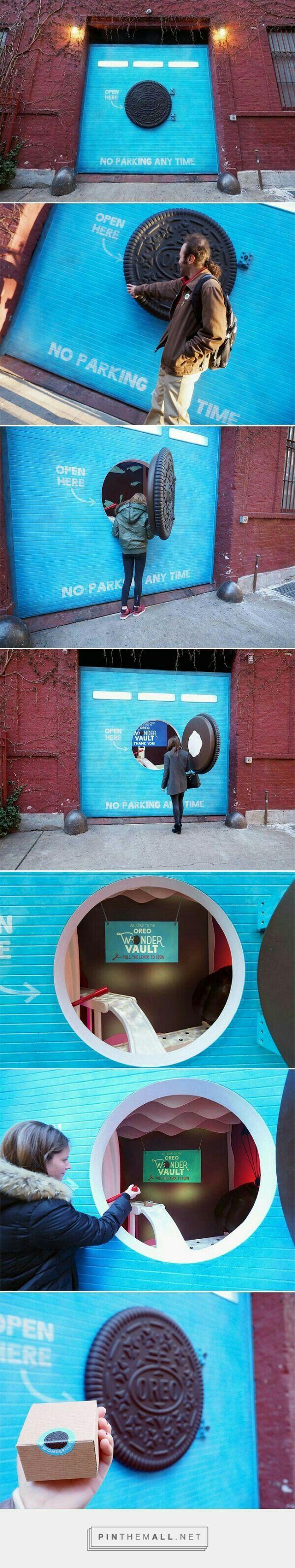 Marketing experiencial de la mano de oreo. Con esta idea tan creativa sorprendió a los viandantes. Cómo se observa en la foto solo hay que abrir la puerta y tirar de la palanca para que te toque un pack de oreos.