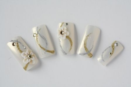 ゴールドとシルバーのラメラインが白無垢に映えます。