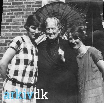 arkiv.dk | Marie Margrethe Slivsgaard( -1933 )f.Pedersen med døtrener Nancy Stender og Karen, gift med dyrlæge J'rgen Jepsen Slivsgaard Storegade 7, Varde