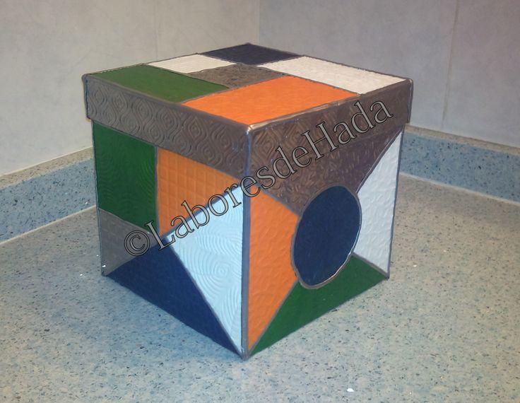 Caja decorada con estaño labrado con distintos dibujos y terminado con oleo