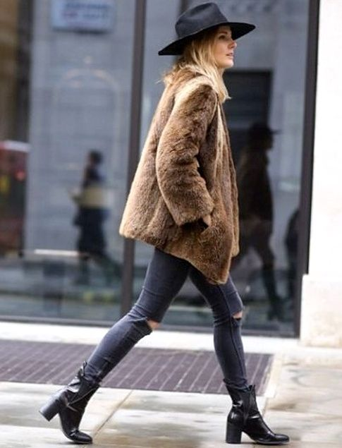 Fausse fourrure + slim destroy + bottines noires montantes = le bon mix (photo Fashion Me Now)