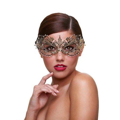 Metaal Venetiaans Masker - Harlot Het Harlot masker van Baci is een Venetiaans masker. Het masker is gemaakt van metaal en heeft een symmetrische vorm. Het model is luchtig en heeft een perfecte pasvorm. Het metaal is goud gelakt en heeft kleine kristallen over de neus en langs de onderkant van het masker. Het masker is aan de achterkant met twee satijnen linten vast te knopen.