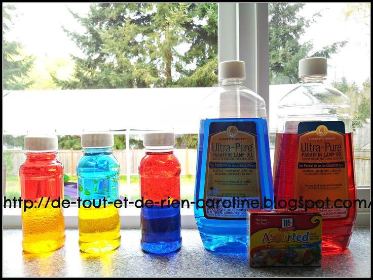 Mélanger les couleurs primaires avec des bouteilles de découverte huile paraffine à lampe bleu et rouge, de colorant alimentaire, d'eau et de bouteilles de plastique vides.