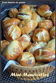 apéro - mini-mauricettes Ingrédients pour 12 pains allongées ou 40 à 45 bouchées : Pour la pâte : - 500g de farine - 1 sachet Gourmandises pains Demarle (ou 2 sachets de levure instantanée ou 15g de levure de boulanger + 10g de sel) - 150g d'eau tiède (à 35°C) - 150g de lait tiède (à 35°C) - 30g de margarine ramollie Pour le bain : - 500g d'eau - 8g de sel - 40g de bicarbonate Pour la finition : - 1 jaune d'oeuf - 20g d'eau - gros sel, pavot ou sésame