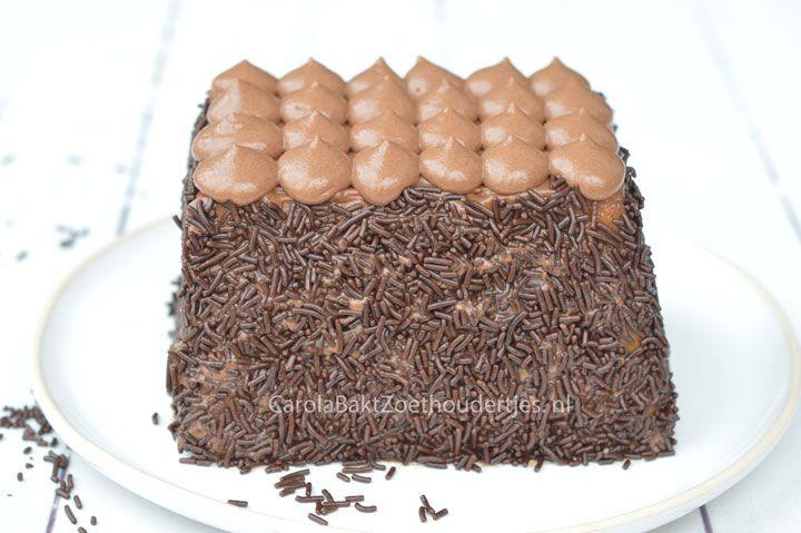 Of je het echt bakken kunt noemen? Deze heerlijke cake is het resultaat van knutselen met de lekkere ingrediënten: cake, nutella met slagroom en hagelslag.