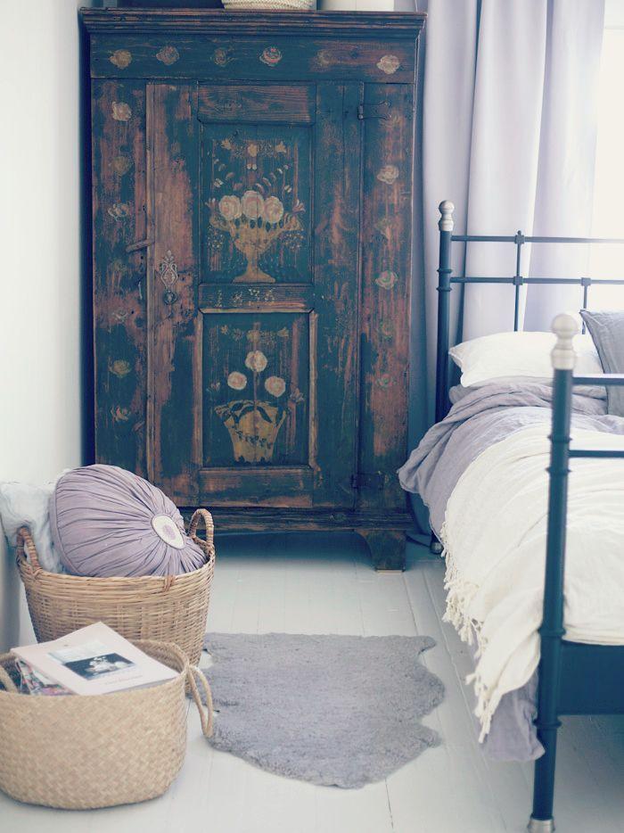 Mueble alto y angosto junto a cama en lugar de mesas de luz