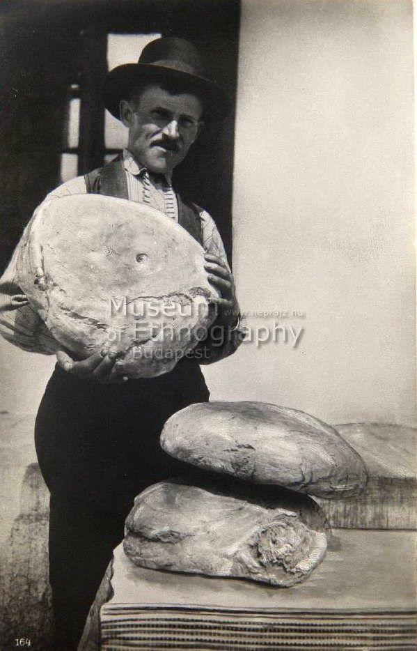 Egy család heti kenyérfogyasztása, 1930-1945 - képeslap Fotó: Kankovszky Endre