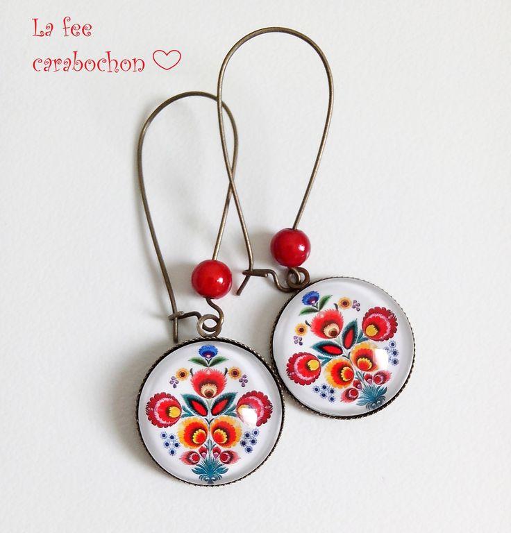 boucles d'oreilles pendantes * folklore slave * broderie russe polonaise fleurs blanc rouge, cabochons verre : Boucles d'oreille par la-fee-carabochon