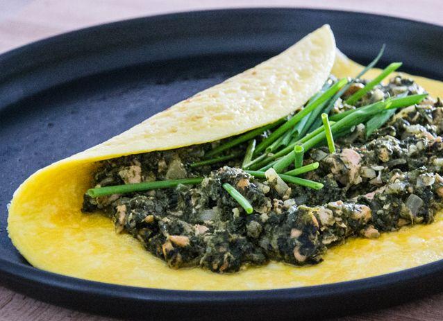 Puszysty omlet ze szpinakiem i łososiem