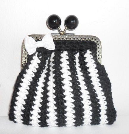 Carteira feita em linha barbante nas cores preto e branco. Fecha com fecho metálico e a decorar tem um laço branco em tecido.  Tamanho aproximado: 10,5cm x 12,5cm Preço: 5€