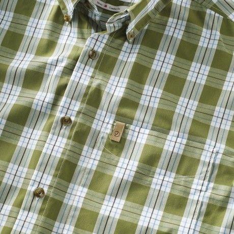 Kortärmad skjorta med vid passform för många typer av uteaktiviteter. Sydd i funktionsmaterial med polyester och bomull, där polyestern transporterar bort fukt och torkar fort, medan bomullen ger en mjuk, sval känsla mot huden. Button down-krage och en öp