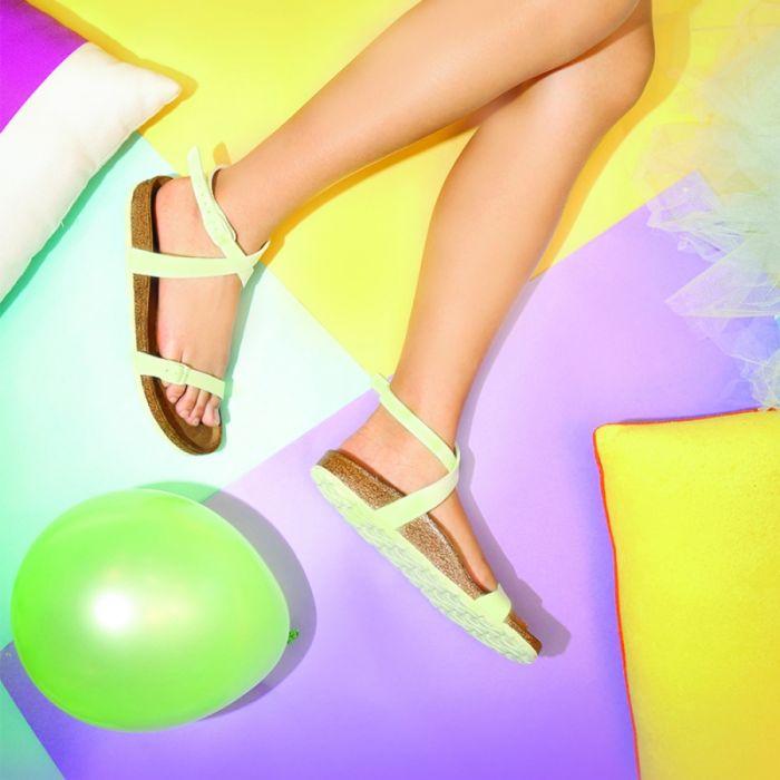 เมื่อต้นฤดูใบไม้ผลิแบรนด์รองเท้าชื่อดังอย่าง BIRKENSTOCK ก็ไม่รอช้าออกรองเท้านที่ได้แรงบันดาลใจจากสี Pantone จะออกมาเป็นยังไงไปดูกันค่ะ