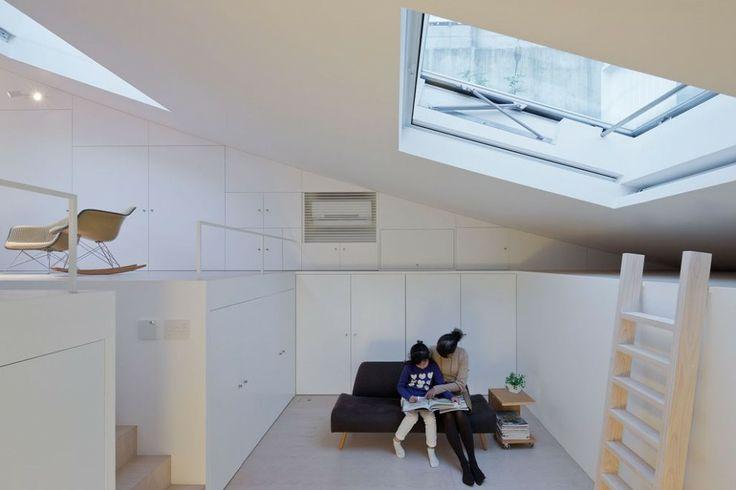 Appelé Maison K après la première lettre du nom du client , la dernière maison du cabinet Sou Fujimoto basé à Tokyo au Japon. Le volume plongeante émerge doucement du sol, puis surgit rapidement vers le haut. On remarque sur les photos la joie des propriétaires de vivre dans un lieu aussi orignal.