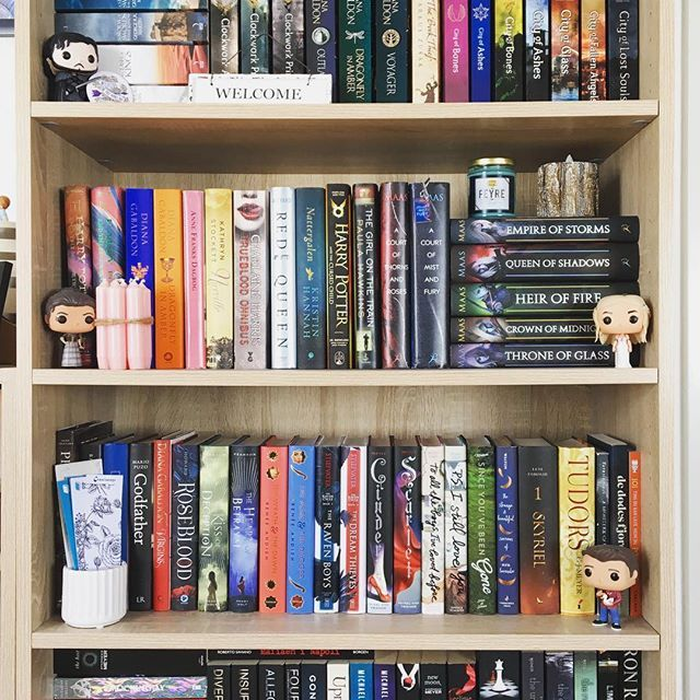 It's been a while since I've shown you guys a #shelfie 🤗   I haven't had the chance to read in the past couple of days. I had to leave early from work thursday and I've been home ever since... my son and my boyfriend were both sick and I had to take care of them 😅❤ They're both doing better now, and if they keep getting better I'll be able to work tomorrow. Phew. Who knew it would be so hard with two sick people in the house? 😅😷 I hope you guys had a great weekend! ❤