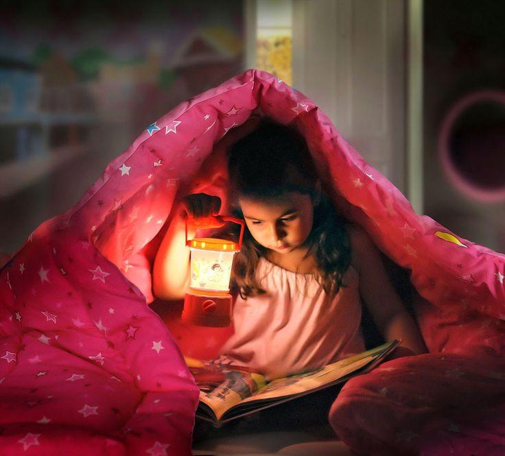 leyendo a escondidas - Cuando hay que ir a dormir a veces la aventura de los cuentos pueden más.