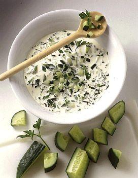 Recette sauce yaourt au concombre : Laver le concombre, le couper en deux dans la longueur et l'épépiner.Le tailler en fine brunoise. Mélanger avec les fin...