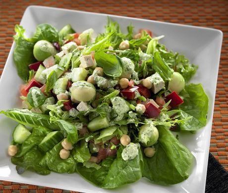 Samae Koskisen voimasalaatti on ruokaisa ja proteiinipitoinen salaatti, joka maustetaan jogurtti-pestokastikkeella.