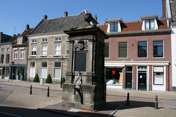 De oude waterpomp uit 1662 op de Voorstraat in Vianen.