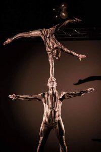 Dúo conyugal de acróbatas que combinan danza y cimbra con una habilidad de asociación que involucra movimientos increíbles.