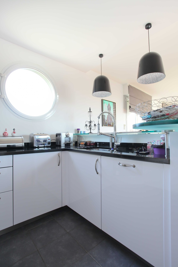 cuisine am ricaine avec meubles laqu s blancs plan de. Black Bedroom Furniture Sets. Home Design Ideas